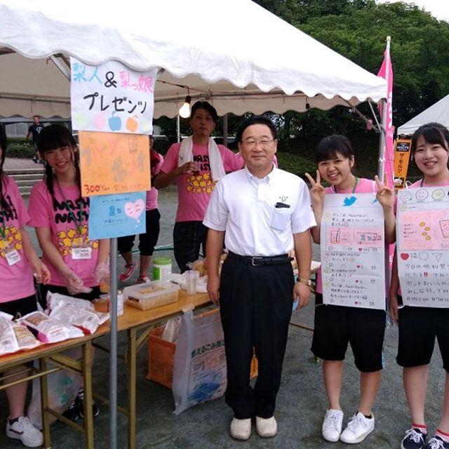 明和町長の冨塚さんもお店に寄って頂き、梨っ娘と記念撮影です。